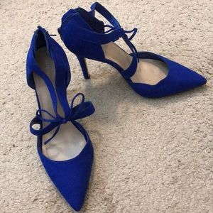 Blue suede shoe with bow detail